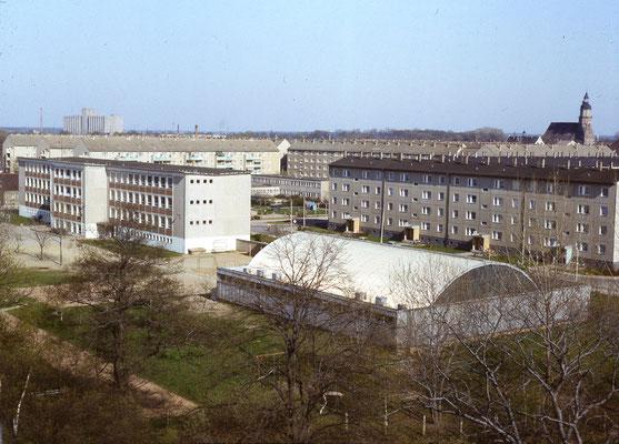 """Stadtpanorama mit der """"Blechbüchse"""", einer Turnhalle im Wilhelm-Pieck-Ring"""