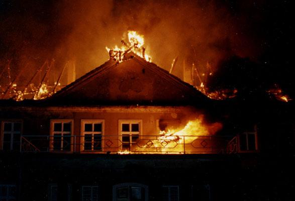 Brennender Dachstuhl des Schlosses Grochwitz im Jahr 1992