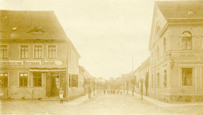 Blick in den Neumarkt. Die Fleischerei Ehestädt war Vorgängerbau der heutigen Sparkasse.