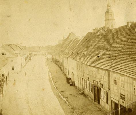 Torgauer Straße in Richtung Markt. Gut zu erkennen sind die unverputzten Fachwerkfassaden und die Fledermausgauben.