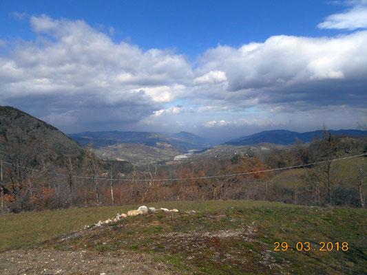 in lontananza il Trebbia, 800 metri piu' in basso