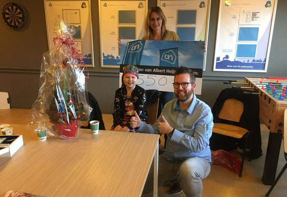 Fantastische actie van Femke (9) en Richard (supermarkt manager AH De Clomp) uitreiking cheque- 9 december 2017