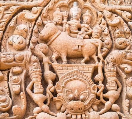 2019  02 - Prakhon Chai, Prasat Muang Tham  Shiva avec son trident, sa femme Uma (Parvati) sur les genus sur le taureau Nandin -L10A7477