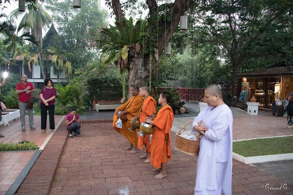2019 02 - Offrande au  moines - L10A6124