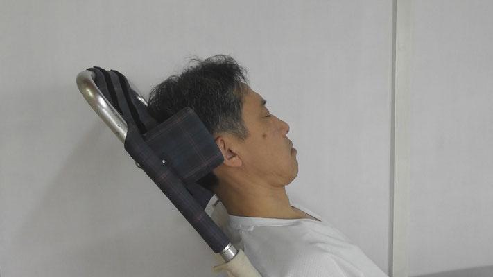肩から首、後頭部にかけて隙間だらけ、力が入っていそう。