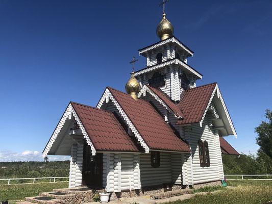 2019 - Die Kirche liegt auf der linken Straßenseite auf einem Hügel