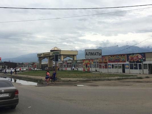 Ortseingang von Almaty - von den schneebedeckten Bergen ist leider nichts zu sehen