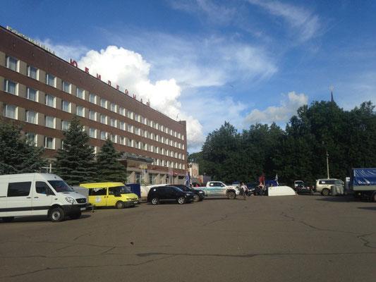 Unser Parkplatz direkt vor Hotel Jubilenaja