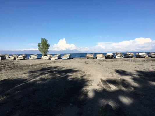 Fischerboote am Seeufer des Sewan Sees