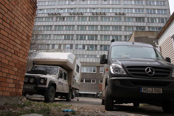 Hotelparkplatz in Irkutsk - ein zweites Womo leistet uns Gesellschaft (2012)