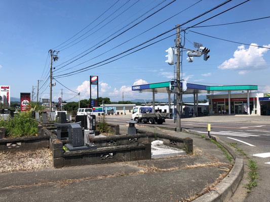 Friedhof mit Ausblick auf Straßenkreuzung und Tankstelle