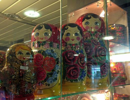 In den Passage im Untergrund gibt es auch Souvenirs zu kaufen.