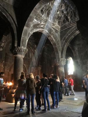 Schlange stehen für Fotos im Lichtstrahl im Kloster Geghard