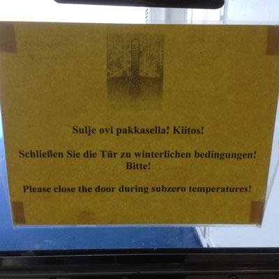 Interessanter Hinweis an der Tür zum Hundedeck