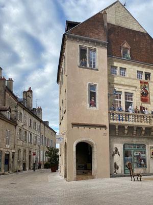 Bekannte Personen aus Dole wurden hier auf die Fassade gemalt