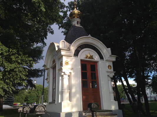 Eine Kapelle am Ufer des Flusses