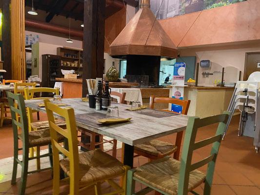 Lecker Essen im Restaurant La Carbonaia - drinnen sieht es aus nett aus