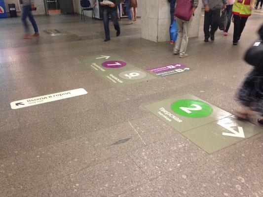 Metro fahren in Moskau - auch auf dem Boden finden sich Hinweise