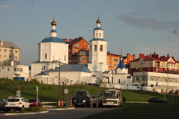Parkplatz in Kazan unterhalb einer Kirche (2013)