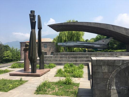 Interessantes Denkmal nahe des Klosters