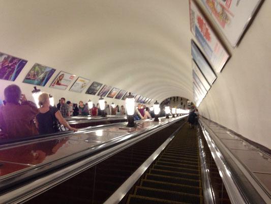 Metro fahren in Moskau - ab in die Tiefe