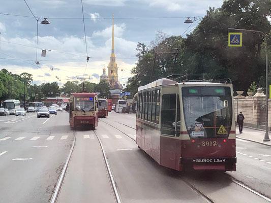 Anfahrt zum Straßenbahnmuseum - im Hintergrund die Peter-Pauls-Festung