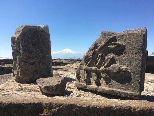 Ausgrabungsstätte Swartnoz mit Ararat im Hintergrund