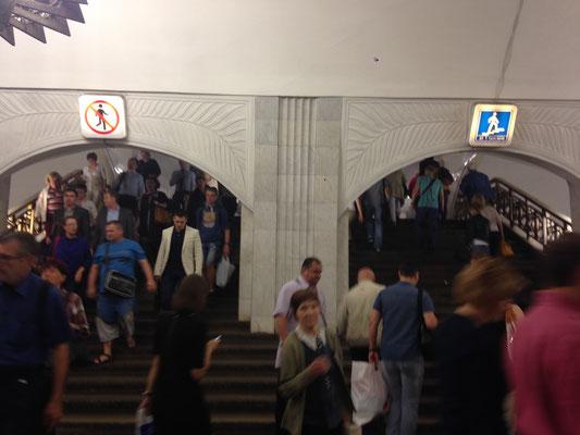 Metro fahren in Moskau - die Piktogramme sind eindeutig - hier rein, dort raus