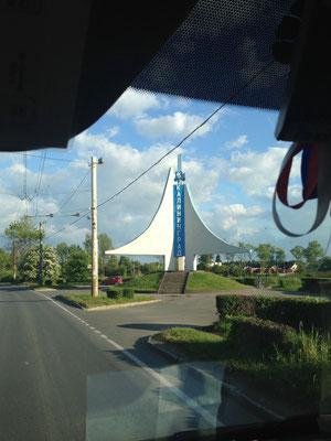 Hier das Stadtdenkmal an der nördlichen Einfallstraße nach Kaliningrad