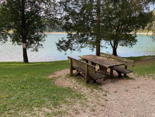 Viele Picknickplätze gibt es rings um den Lago di Coredo