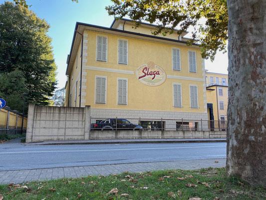 Prosciuttifici neben dem Museo del Prosciutto - hinter den schmalen Fenstern hängen die leckeren Schinken