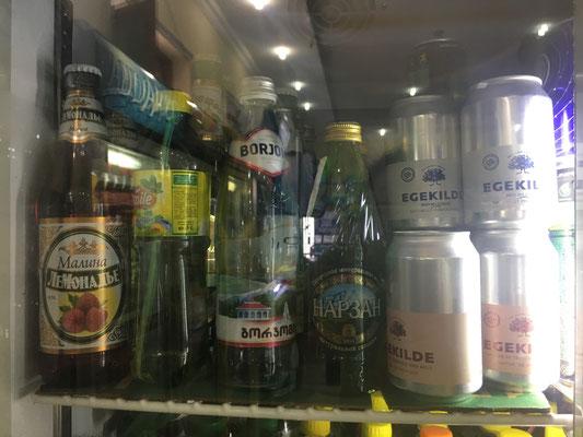 Wasser aus Borjomi begleitet uns nun schon seit Georgien (3. Flasche von links)