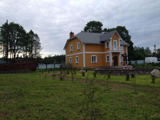 Hier das Haupthaus, in dem sich das Restaurant befindet und Zimmer vermietet werden.