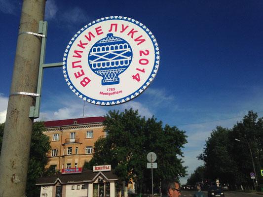 Die Innenstadt von Veliky Luki ist für die Mongolfiade beflaggt.