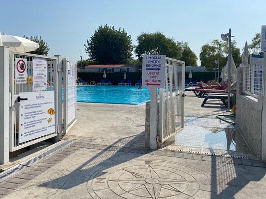 Swimmingpool - nur mit Bademütze (gibt's für 2,5 € an der Bar)