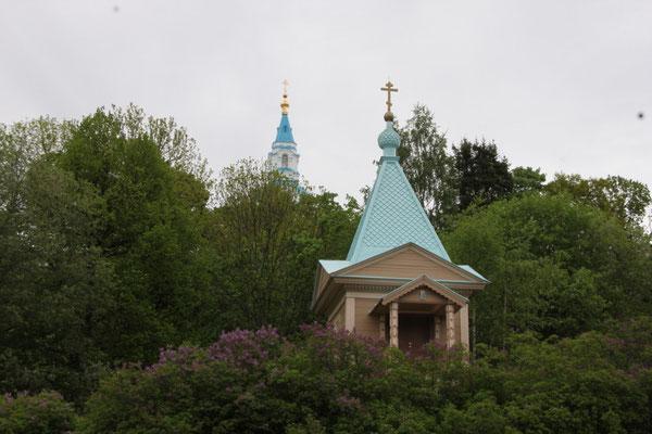 Eine der zahlreichen Kapellen auf der Insel - im Hintergrund das Kloster