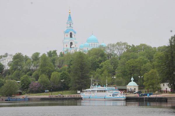 Gegenüber vom Hafen gibt es eine kleine Kapelle mit Steg auf das Hafenbecken - schöne Aussicht!