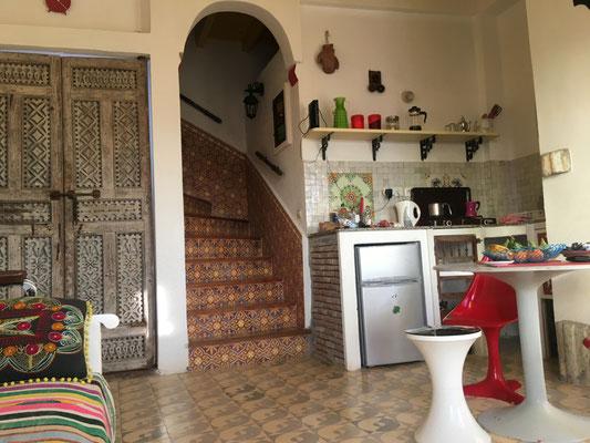 Küchenzeile und Treppe nach oben im Dar  91