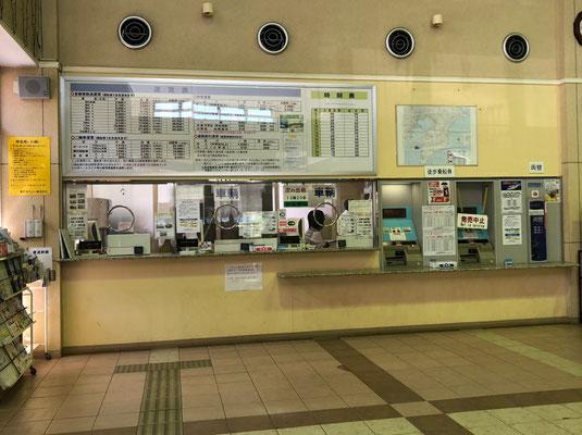 Tokyo Wan Ferry - Ticketschalter im Hafengebäude in Kurihama