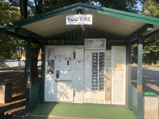 Joghurt-Automat am Parkplatz in Castell'Arquato