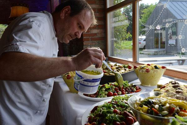 Der Chefkoch am Antipasti- und Salatbuffet