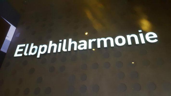 """das Gebäude """"Elbphilharmonie"""" - ein finanzielles Bau-Desaster aber tolles Haus! Unbedingt in Youtube anschauen!"""
