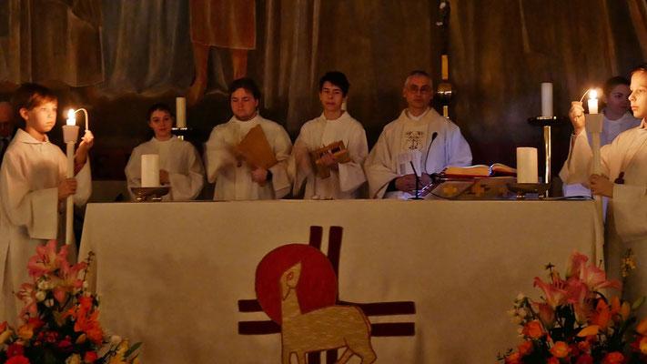 Auferstehungsfeier am Ostersonntag  um 5:00 Früh, Ratschen beenden die 3-tägige Trauer