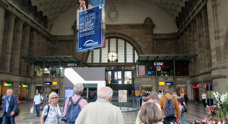 Freitag: Hautbahnhof von Leipzig, nach dem zweiten Weltkrieg neu errichtet und heute der zweitgrößter Kopfbahnhof der Welt
