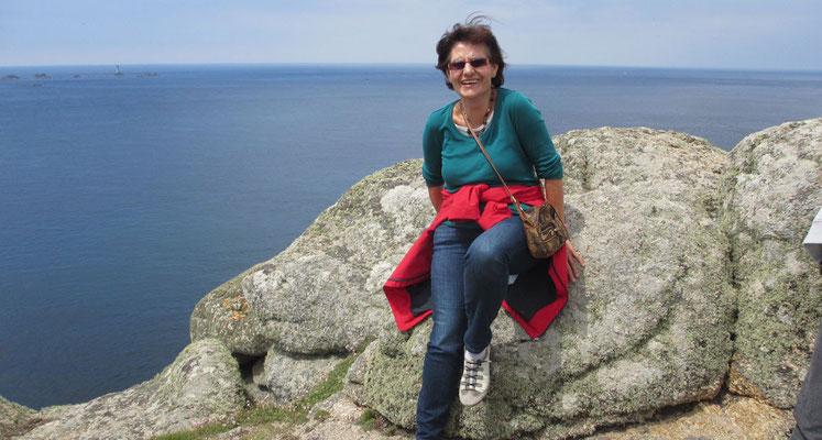 Montag: Küstenwanderung in Land's End - wunderschöner Ausblick auf das Meer von den Felsklippen (2 von 3).