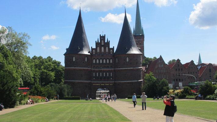 Dienstag: Das Holsten Tor in Lübeck.