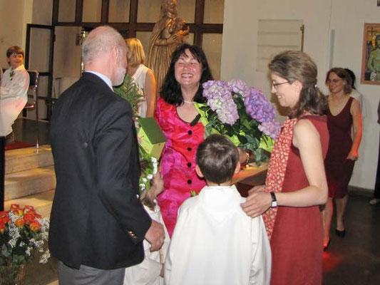 Die Tischeltern bedanken sich auch gleich im Namen aller Eltern bei Franziska Seiser und überreichen ihr einen Blumenstock.