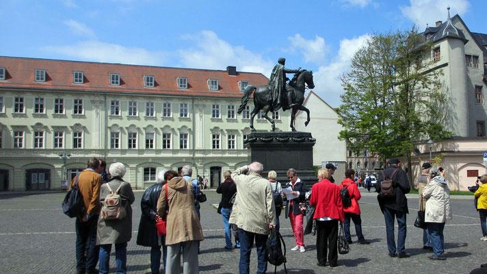 Dienstag: Reiterdenkmal auf dem Rathausplatz in Weimar