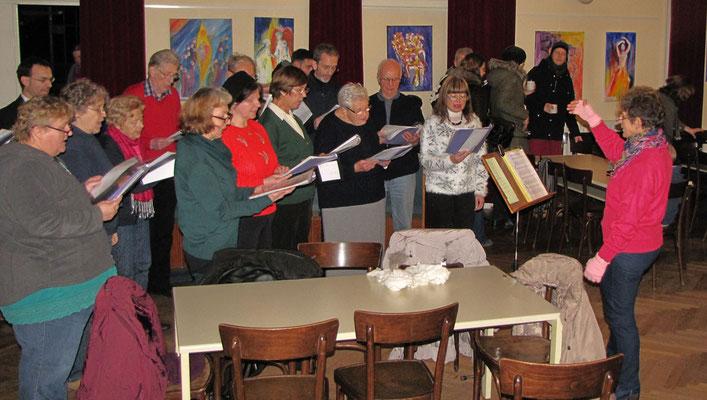 Erster Adventsamstag, der Kirchenchor singt bei schlechtem Wetter im Saal