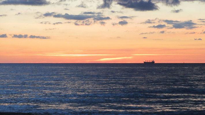 Samstag: Abendspaziergang am Strand von Warnemünde mit einem unvergesslichen Sonnenuntergang.